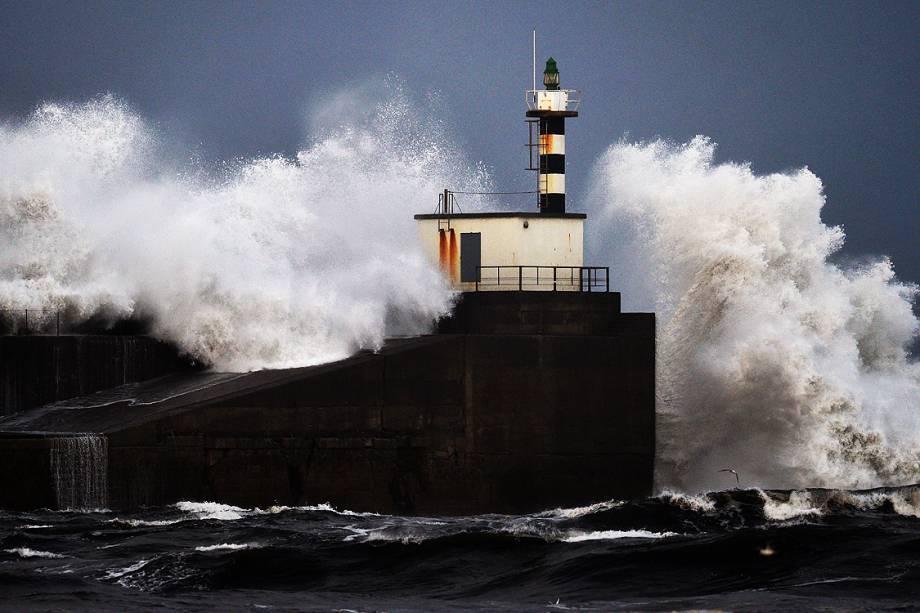 Fortes ondas quebram no forte de San Estaban de Pravia, na região de Asturias, no norte da Espanha - 18/11/2016