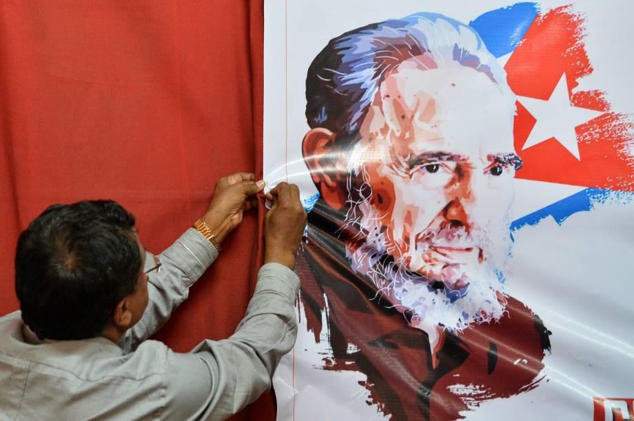 Membro do Partido Comunista da Índia pendura uma imagem do ex-ditador cubano Fidel Castro durante uma reunião  em Bangalore - 28/11/2016