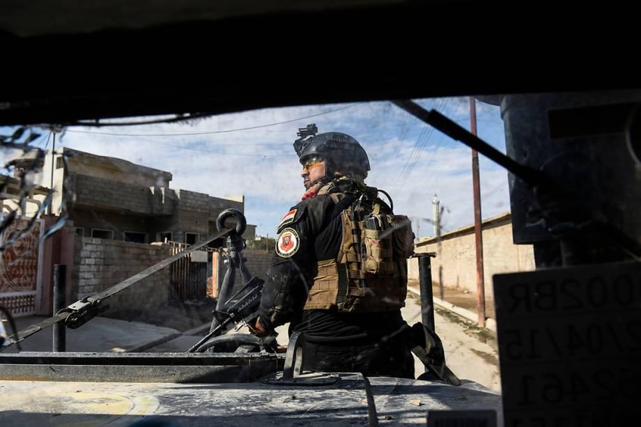 Soldado iraquiano patrulha vilarejo de Gogjiali, próximo a Mosul, região dominada pelo Estado Islâmico - 02/11/2016