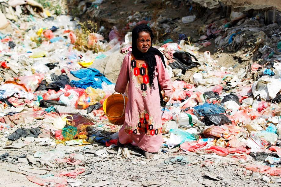 Garota da comunidade de Al-Akhdam anda sobre lixo em uma favela em Sanaa, capital do Iêmen 09/11/2016