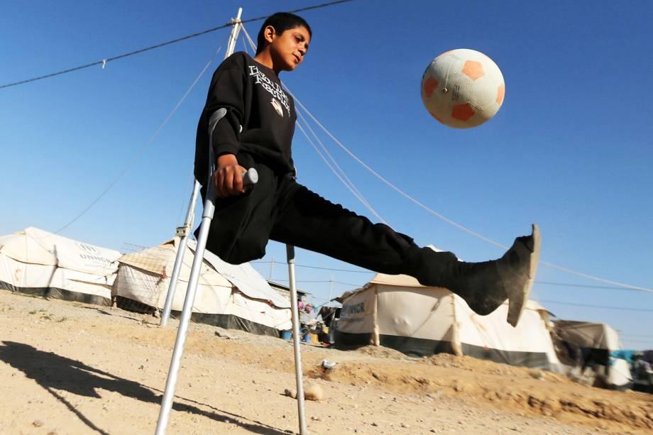 Garoto que perdeu perna em ataque aéreo joga futebol no campo de Debaga, nos arredores da cidade iraquiana de Erbil - 24/11/2016