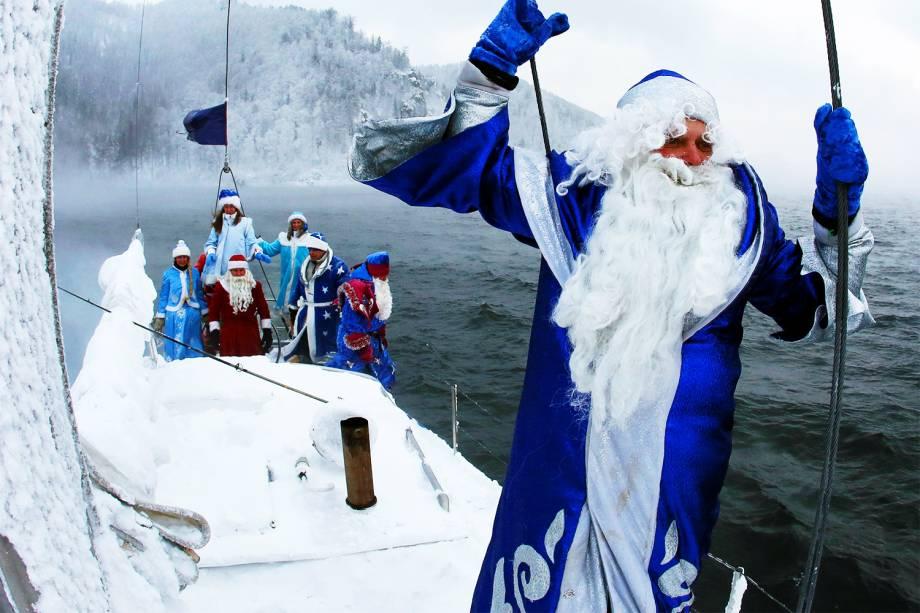 Membros de iate clube se vestem de Ded Moroz - personagem de contos de fadas russos semelhante ao Papai Noel - em Krasnoyarsk, na Rússia - 21/11/2016