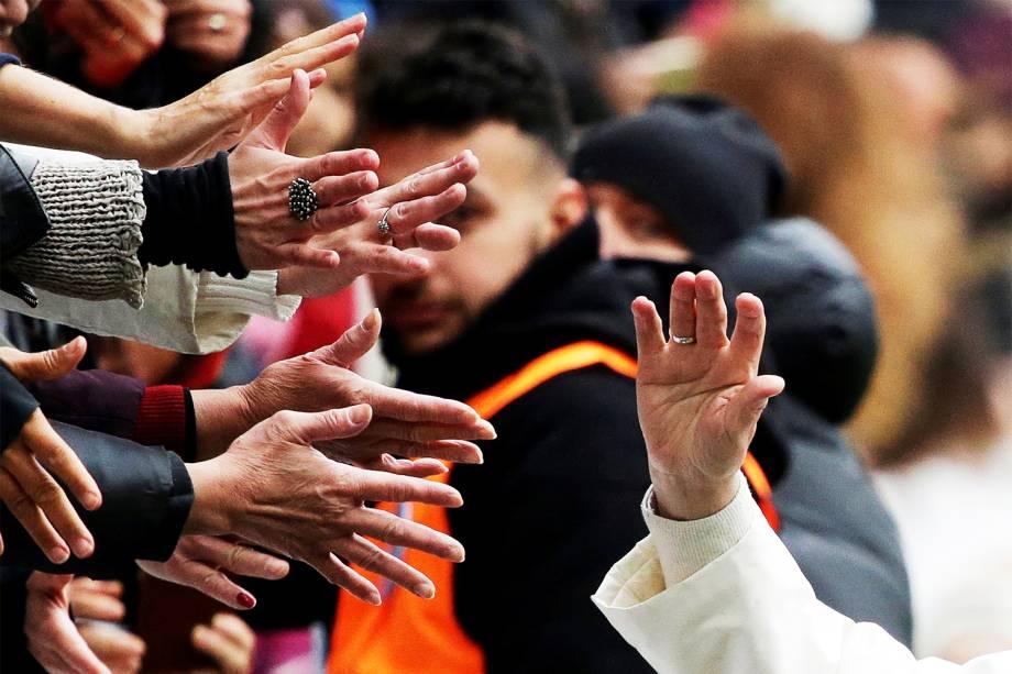 Papa Francisco cumprimenta fieis ao chegar no Estádio Swedbank, em Malmo, na Suécia, para realizar missa - 01/11/2016
