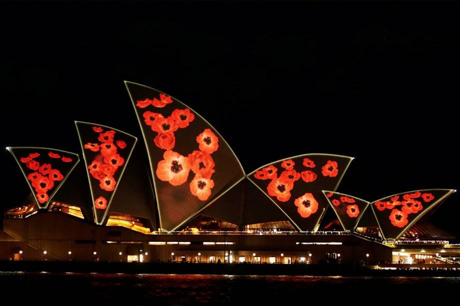 Opera House é iluminada com imagens da flor papoila, em homenagem ao Dia do Armistício - data que marca o fim simbólico da Primeira Guerra Mundial em 1918 - em Sydney, na Austrália - 11/11/2016