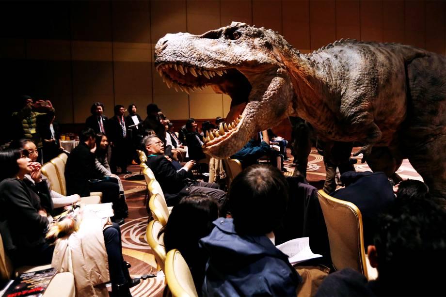 A empresa japonesa On-Art Corp realiza demonstração com o robô TRX03 de oito metros de altura, em forma de dinossauro, na cidade de Tóquio - 10/11/2016