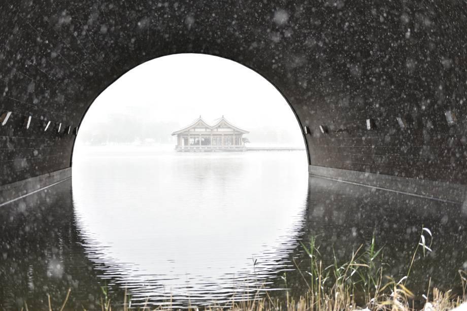 Pavilhões são vistos em um lago durante uma nevasca em Xi'an, província de Shaanxi, China