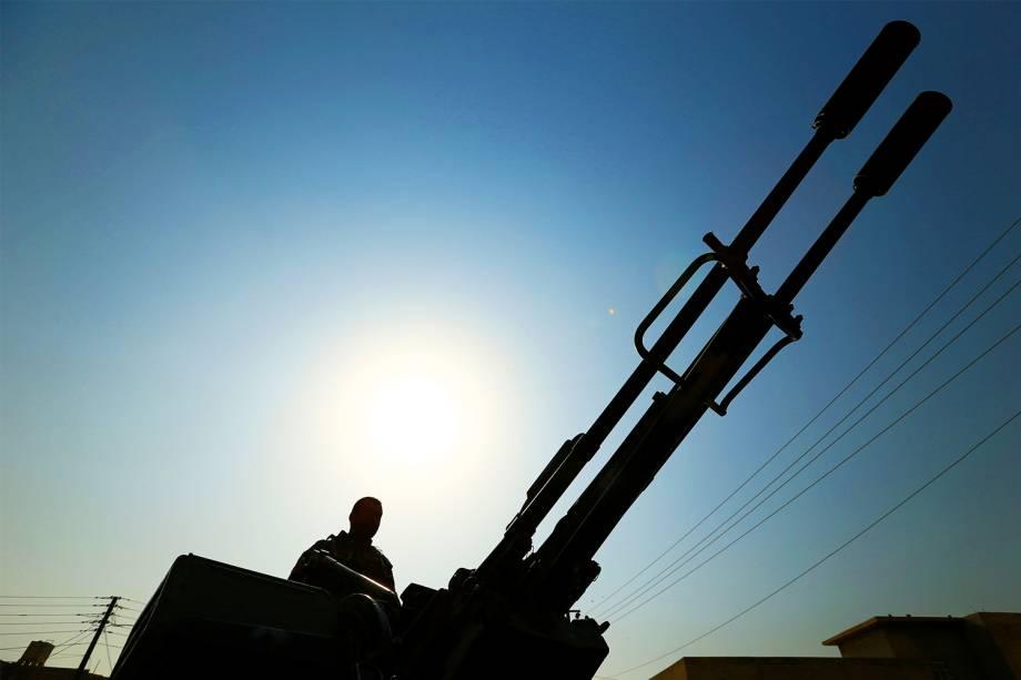 Membro das forças iraquianas de segurança é visto em um tanque, na região de Hammam al-Alil, sul de Mosul, durante ofensiva militar para retomar território conquistado pelo grupo extremista Estado Islâmico 07/11/2016