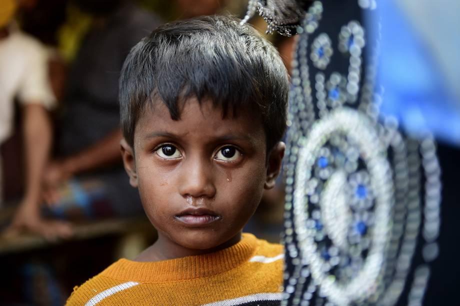 Criança da etnia rohingya cuja mãe está desaparecida, posa para uma fotografia nos arredores de um campo de refugiados em Teknaf, em Bangladesh - 23/11/2016