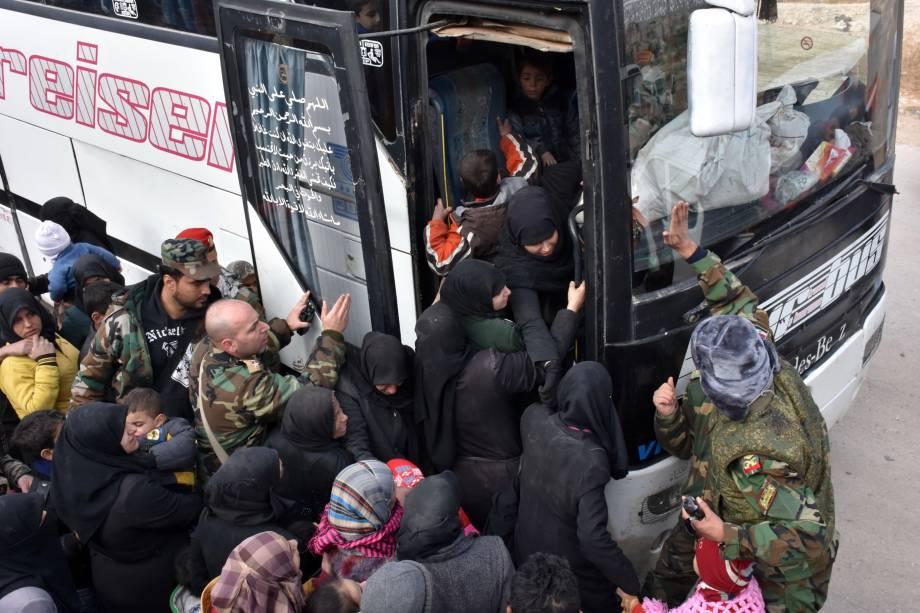 Famílias fogem dos distritos orientais de Alepo, em um ônibus durante ofensiva do governo para reconquistar regiões controladas por rebeldes - 29/11/2016