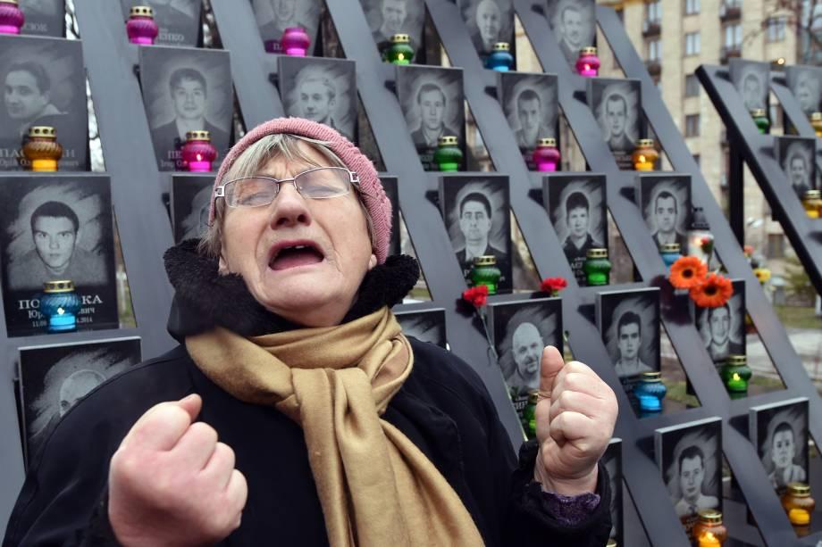 Mulher chora diante de um memorial em homenagem às vítimas dos violentos protestos pró-União Europeia que ocorreram em 2014 na Ucrânia - 21/11/2016