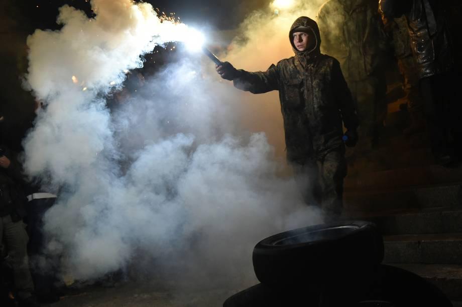 Ativista de um partido de extrema-direita acende um sinalizador durante manifestação na Praça da Independência, em Kiev, para marcar o terceiro aniversário dos protestos pró União Europeia - 21/11/2016