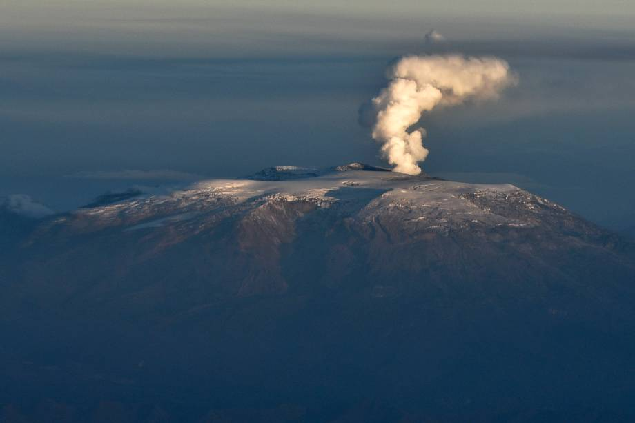 Vista aérea do vulcão Nevado del Ruiz durante uma erupção, visto a partir da cidade de Tolima, na Colômbia - 21/11/2016