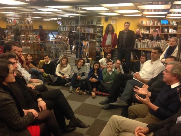 Eduardo Vasconcellos (à dir.) fala ao público da Livraria Cultura no primeiro encontro do Esquina