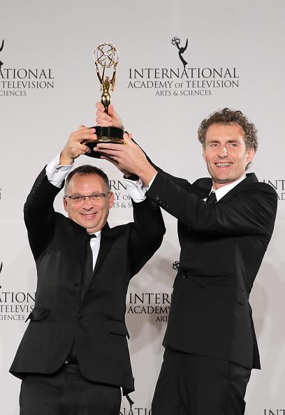 Derek Wax e Euros Lyn com o prêmio por 'Capital'