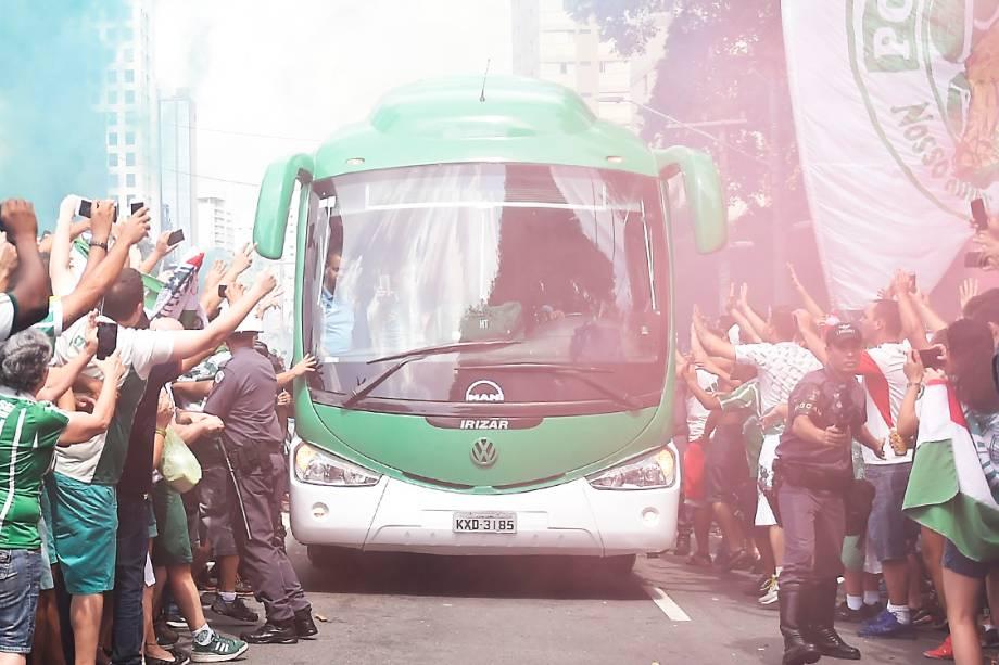 Torcedores do Palmeiras acompanham a chegada do ônibus da equipe ao estádio, em São Paulo