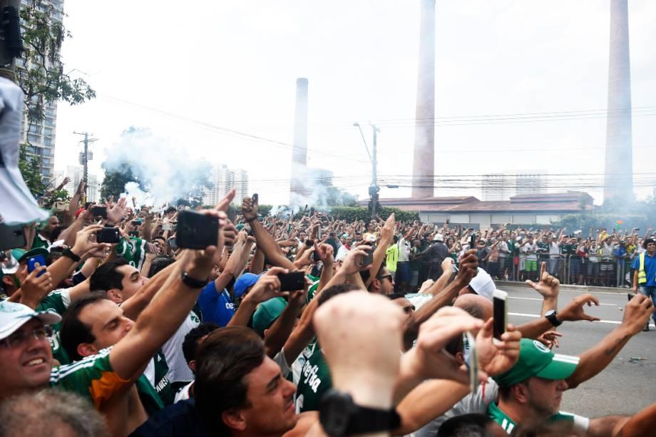 <span>Torcedores do Palmeiras </span><span>acompanham </span><span>a chegada do ônibus da equipe ao estádio, em São Paulo</span>