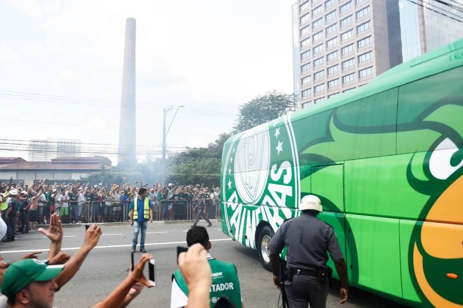 <span>Torcedores do Palmeiras acompanham a chegada do ônibus da equipe ao estádio, em São Paulo</span>