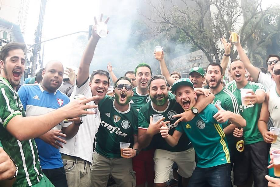 Torcedores do Palmeiras aguardam o início da partida contra a Chapecoense, em São Paulo