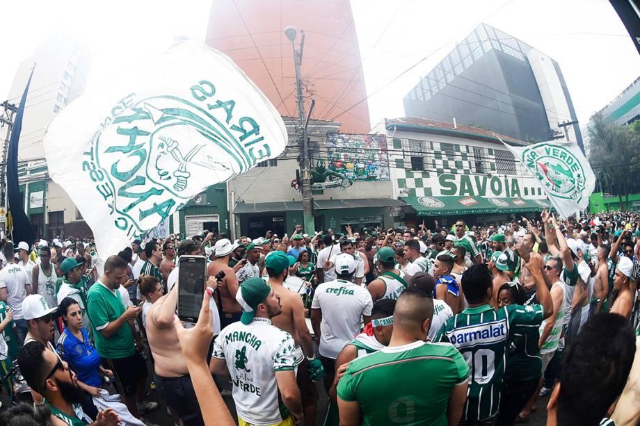<span>Torcedores aguardam ônibus do time do Palmeiras próximo estádio</span>