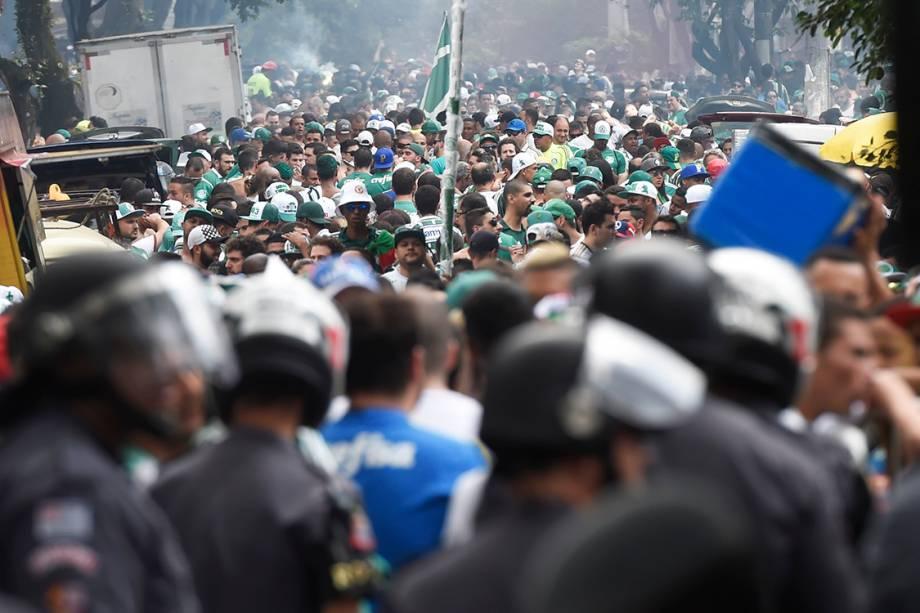 <span>Torcedoresdo Palmeiras </span><span>lotam as ruas em volta do </span><span>Allianz Parque</span><span></span><span>para comemorar o título de campeão brasileiro, em São Paulo</span>