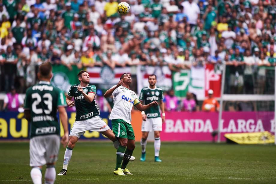 <span>Disputa de bola na partida entre</span><span>Palmeiras e Chapecoense, pela penúltima rodada do Brasileirão, em São Paulo</span>