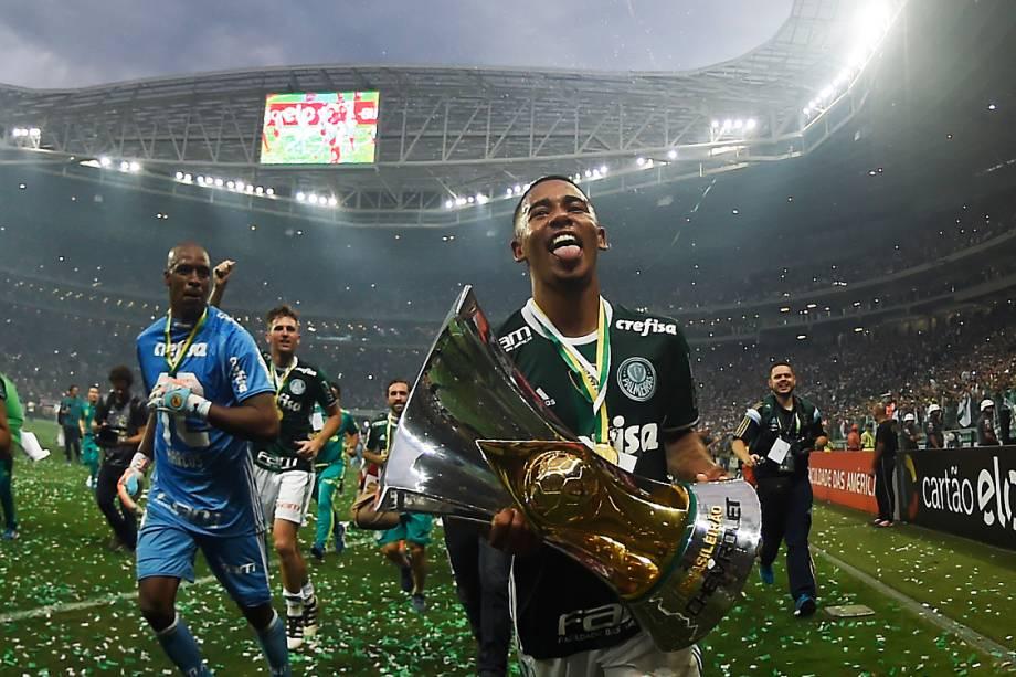 Gabriel Jesus carrega taça do Campeonato Brasileiro