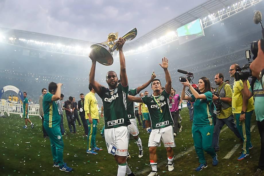 <span>Alecsandrolevanta taçaapós ser campeão do Brasileirão, em São Paulo</span>