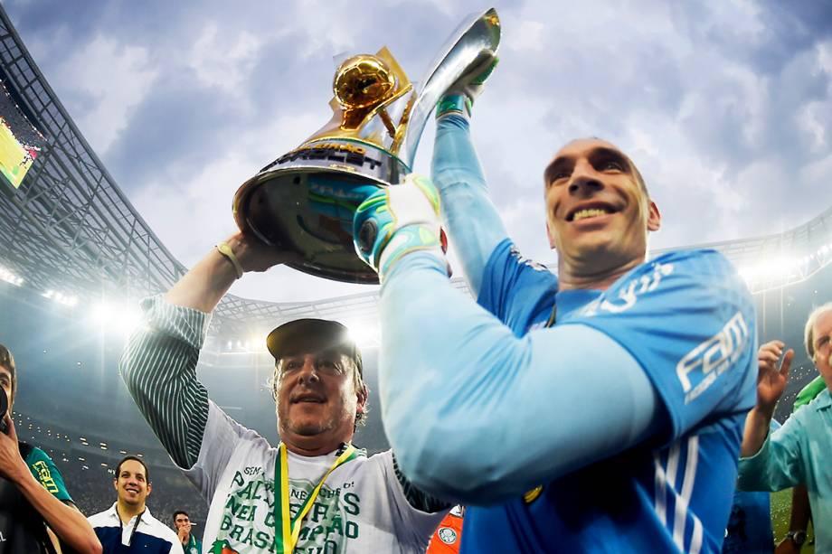 <span>O goleiro Fernando Prass e o presidente do Palmeiras, Paulo Nobre,</span><span>levantam a taçado Campeonato Brasileiro</span>