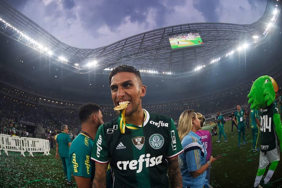 Rafael Marques exibe a medalha de ouro do Campeonato Brasileiro, no Allianz Parque