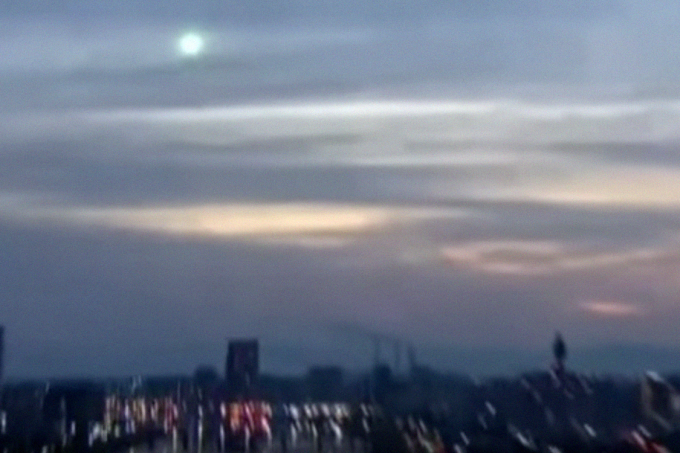 Luz verde misteriosa cruza o céu do Japão