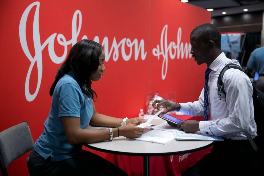 Johnson & Johnson - Funcionários da empresa conversam em área do escritório
