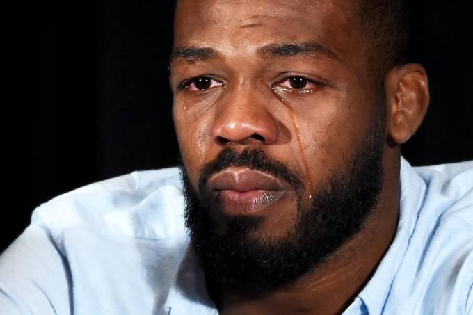 Jon Jones chora durante uma coletiva de imprensa em Las Vegas, após ser pego no exame antidoping, em julho de 2016