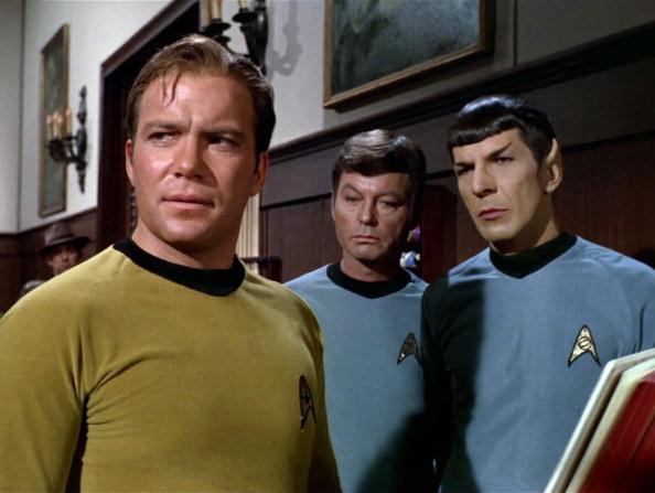 (E-D) Shatner, DeForest Kelley (já falecido) e Nimoy, em cena de 'Jornada nas Estrelas' (Foto: CBS/Arquivo)