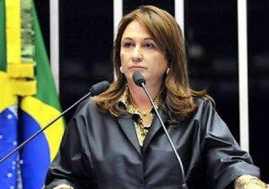 Katia Abreu discursa ao recebeu o título da Academia Brasileira de Filosofia