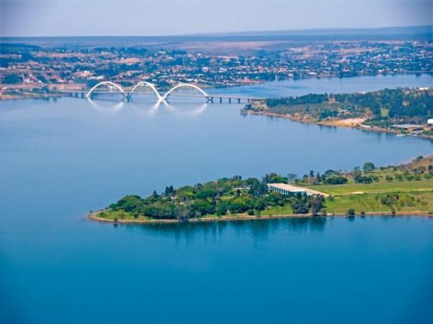 Vista aérea do Lago Paranoá, em Brasília, com a ponte JK ao fundo