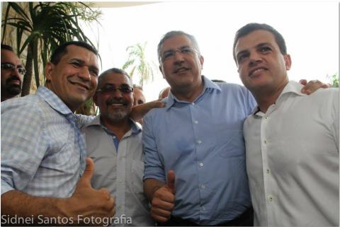 Padilha (camisa azul) junto Luiz (primeiro à esq) e Senival Moura: tudo positivo e operante...: