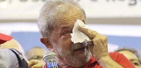 Lula chora durante discurso do Sindicato dos Bancários. Seus seguidores perseguiam jornalistas nas ruas (Foto: Fábio Braga/FolhaPress)