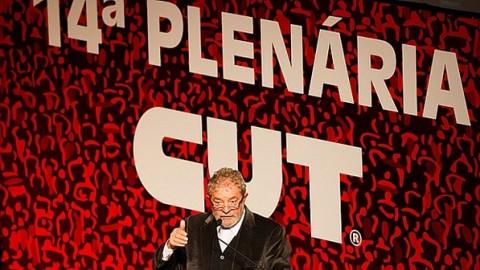 Lula praticando ilegalidades   em plenária da CUT: lei  proíbe entidade sindical de fazer campanha eleitoral