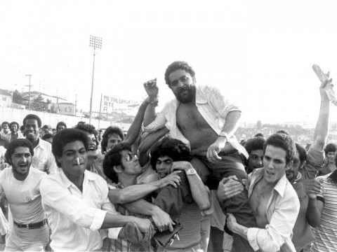 """Lula é carregado pelos companheiros em 1979: segundo Tuma Júnior, o """"Barba"""" era informante de Romeu Tuma"""
