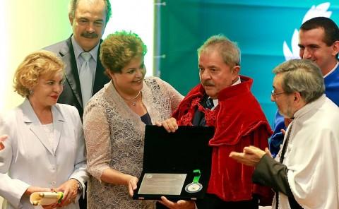 Lula, ao lado de Dilma, exibe o titulo de doutor honoris causa, observado por Mercadante e Marisa Letícia (Foto: Jorge ARaújo/Folhapress)