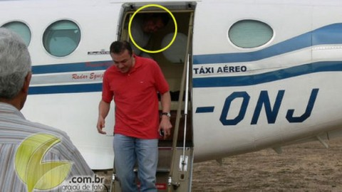 O então secretário de Políticas Públicas de emprego do Ministério do Trabalho, Ezequiel Nascimento, desce de avião avião King Air, de prefixo PT-ONJ, no Maranhão, seguido pelo ministro do Trabalho, Carlos Lupi (no destaque) (Reprodução)