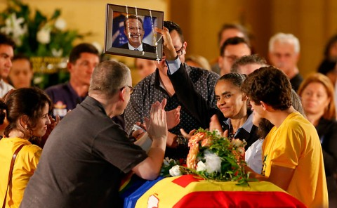 Marina, à beira do caixão de Campos, ergue o retrato do candidato morto:viúva política e rainha posta