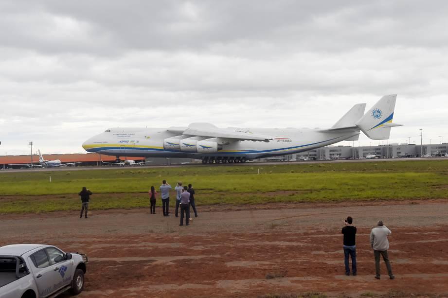 Público observa o maior avião do mundo, após pouso no aeroporto de Viracopos, em Campinas 0- 14/11/2016