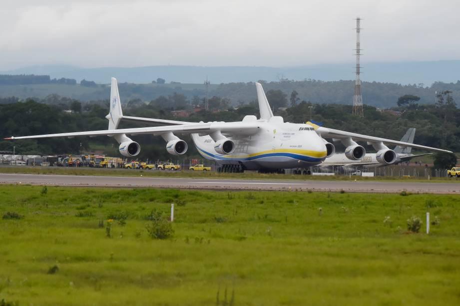 Antonov-225, o maior avião do mundo, projetado para carregar 250 toneladas por longas distâncias, aterrissa em Viracopos, Campinas - 14/11/2016
