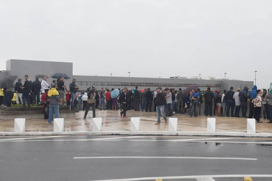 Público e imprensa aguardam o pouso do avião Antonov-225, o maior do mundo, no aeroporto de Viracopos, Campinas - 14/11/2016