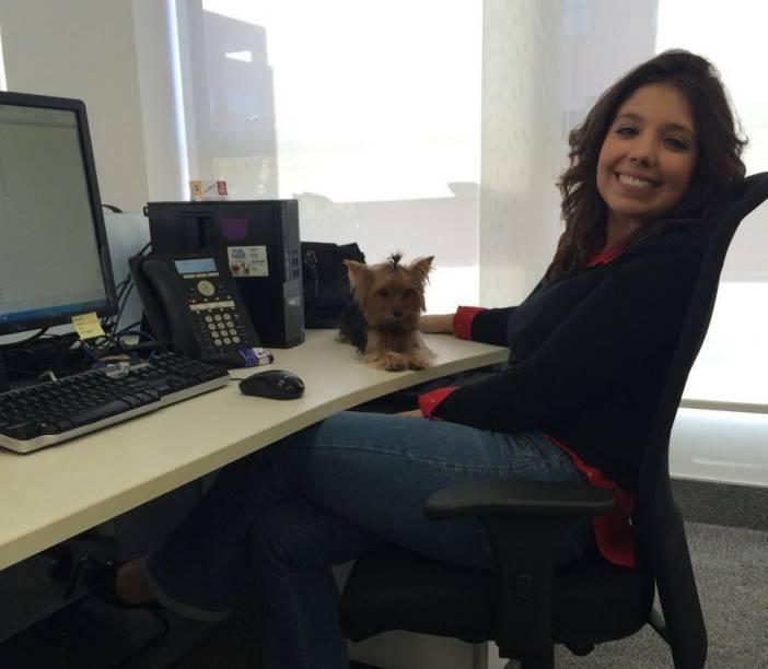 Funcionária com seu cãozinho de estimação no escritório da Mars