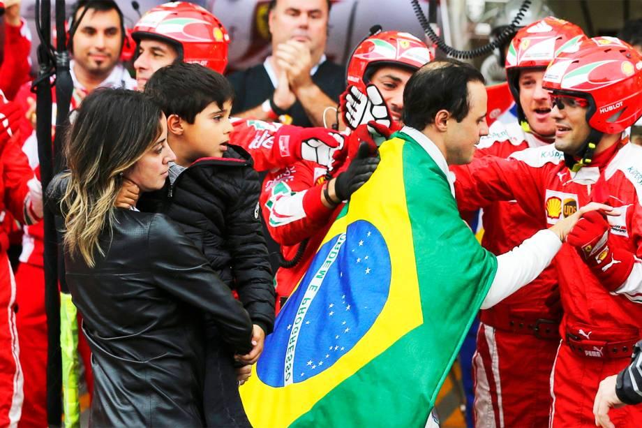 Felipe Massa cumprimenta a equipe da Ferrari, juntamente com sua esposa Rafaella e o filho Felipinho, após abandonar o Grande Prêmio do Brasil de Fórmula 1 - 13/11/2016