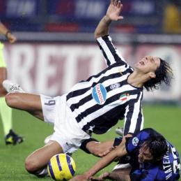 Parece Ideli Salvatti dialogando com a oposição, mas é só Materazzi jogando algo parecido com futebol