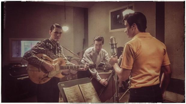 Cena de 'Million Dollar Quartet', com Drake Milligan (de costas) como Elvis Presley (Foto: Christina Varotis/CMT)