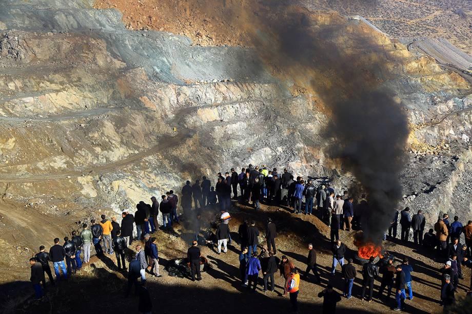 Familiares e amigos de mineiros presos em uma mina de cobre atingida por um deslizamento aguardam o resgate perto da cidade de Siirt, no sudeste da Turquia - 18/11/2016